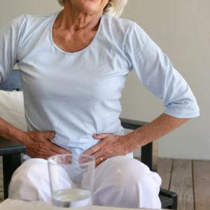 Femme senior se ayant des maux de ventre
